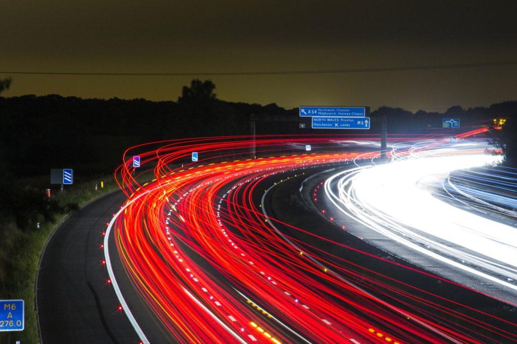 traffic 332857 1920 1024x683 Jak prawidłowo dobrać żarówki do samochodu?