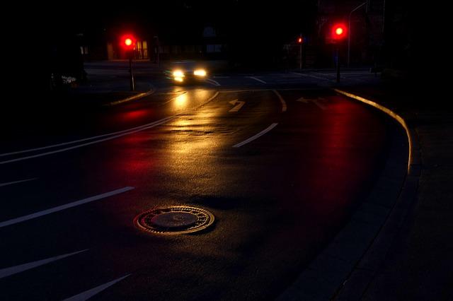Kiedy i jak włączyć światła drogowe w samochodzie?